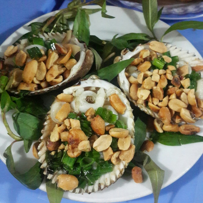 quan oc khanh clam with peanut and onion