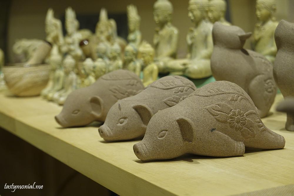 Stone pig carving artisan d'angkor souvenir cambodia